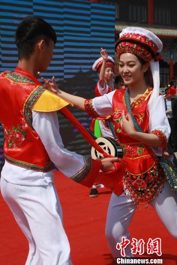 启动仪式上表演了丰富多彩的云南大理少数民族歌舞。沈殿成 摄