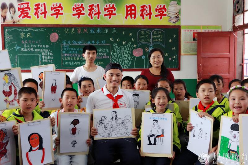 耿乐助力公益 化身美术老师支教贫困小学