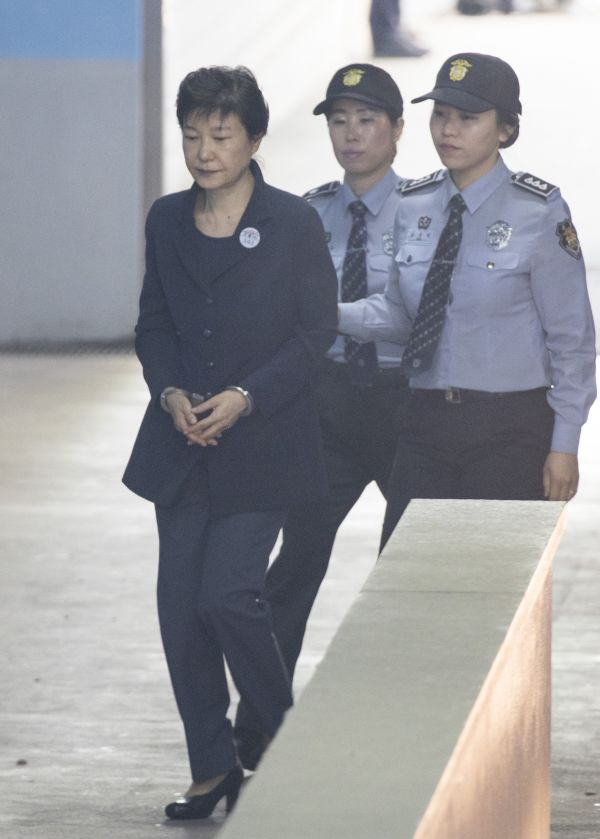 5月25日,韩国前总统朴槿惠(左)抵达首尔中央地方法院。新华社发