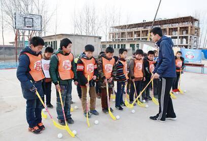 去年冬天,金大师支持的由留守儿童组成的旱地冰球队开始训练