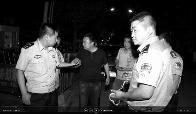 """法院突袭 民警""""老赖""""欲开溜被抓"""
