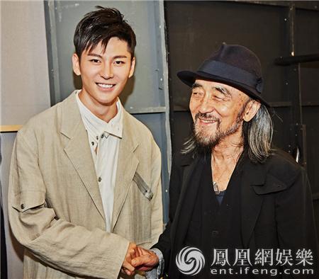 王嘉后台祝贺山本耀司大秀成功 两人对话感动众人