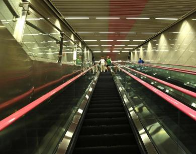 """重庆60米深地铁站成""""网红"""" 乘梯需3分钟才能抵达"""