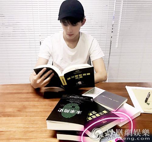 吴磊为《明星大侦探3》苦读侦探小说,旁边的书