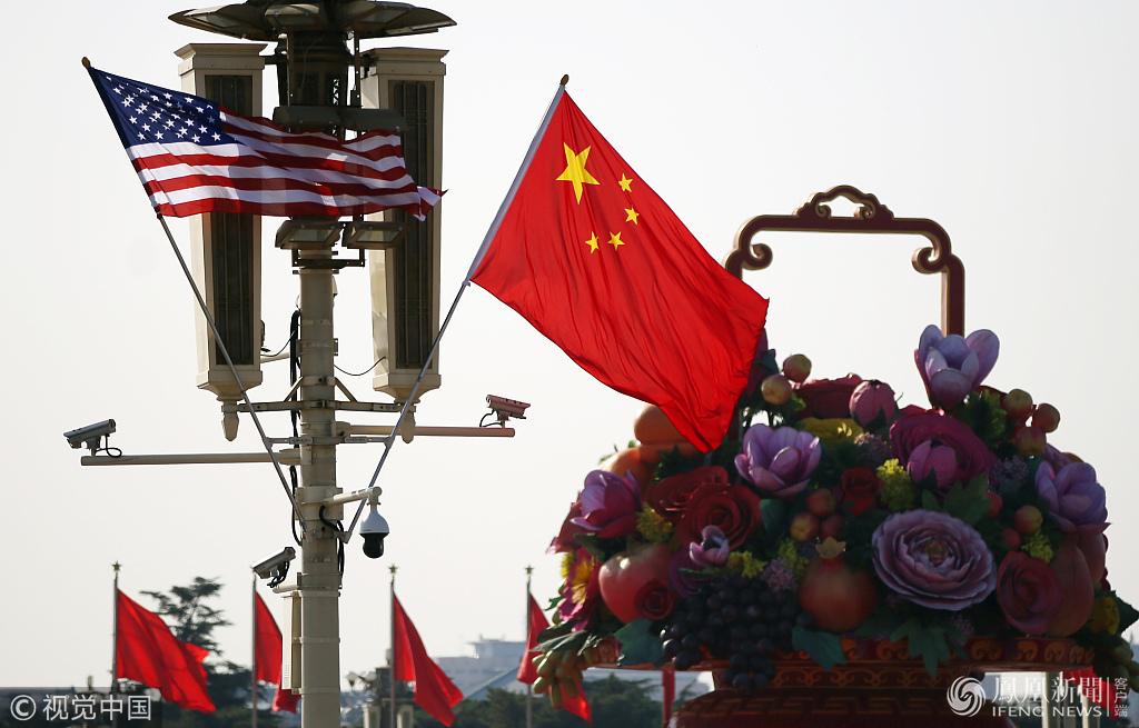 北京天安门华灯挂起中美两国国旗