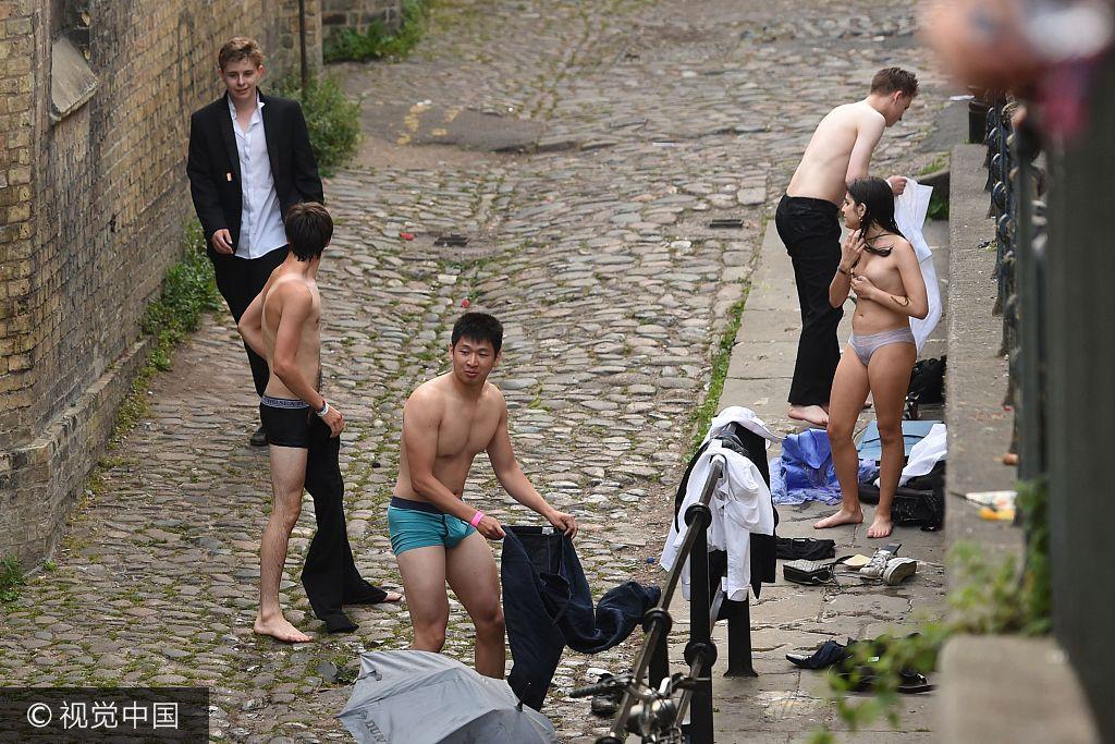 """英国剑桥大学""""五月舞会"""" 学生集体裸泳(高清组图)"""