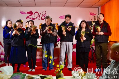 会场组道善师兄表演评剧《打金枝》唱段《劝驸马》(图片来源:凤凰佛教