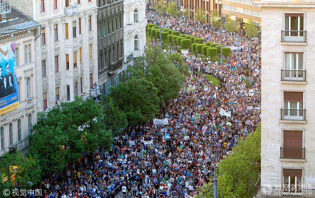 匈牙利上万人上街抗议总理现场