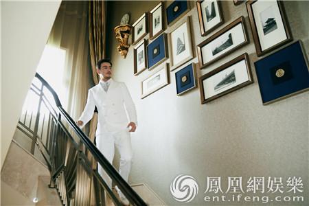 杨烁一身白色西服亮相 人气高涨现场气氛活跃