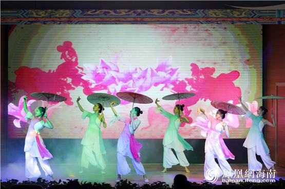 突出中秋佳节的传统文化特性,以汉服展示,乐器演奏,古典舞蹈和诗歌