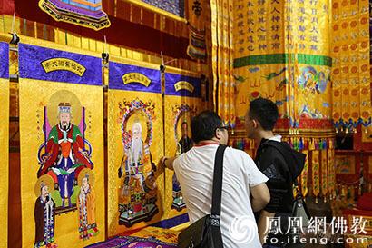 精美展品吸引游客驻足观看(图片来源:凤凰网佛教)