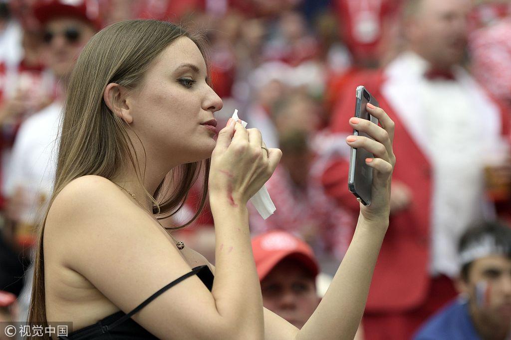 丹麦Vs法国 性感女球迷看台献飞吻