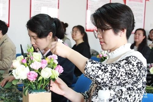 """市南区八大关街道举办""""最美花语""""母亲节主题插花活动"""
