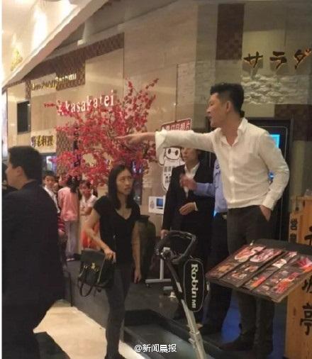 上海赤坂亭环球港店员工餐厅内抽烟辱骂孕妇