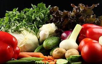 胡萝卜、南瓜等富含维生素A的食物及新鲜蔬菜、水果等富含维生素C
