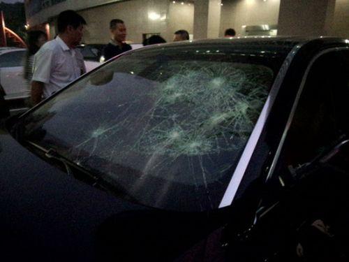 男子新买宝马停放小区 一觉醒来傻眼整扇车窗都被砸了