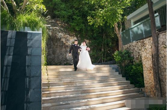 去巴厘岛举行婚礼的花费并不是像大家观念中的需要很多钱。相对于传统婚礼来说,可能2万多摆个气场大一点的酒席都不够,但是在巴厘岛却能帮你完成一个浪漫且非常有纪念意义的婚礼,还能让你们体验一次美好的巴厘岛风情蜜月旅行。FOOKVISION幸福视觉海外婚礼是您的首选。
