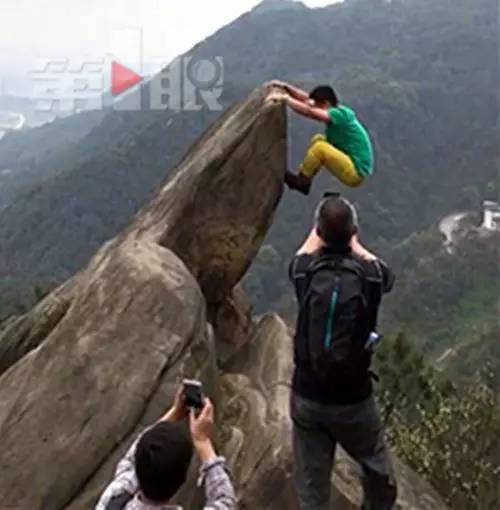 男子山顶摆拍坠崖被批作死 当事人回应 (组图)