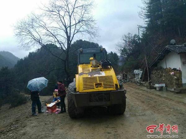 陕西村民阻挡施工被轧路机碾死 警方:能见度较低