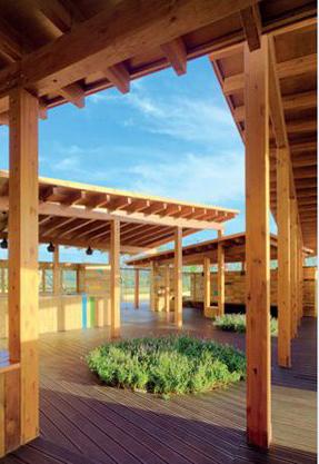 四片呈风车状的木质屋顶