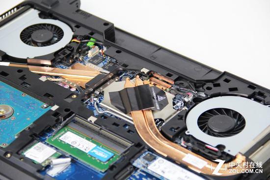 双风扇三铜管的豪华散热组合 打开底部面板能够看到该机散热模组CPU和GPU是采用单独散热设计,机身左右两侧各有一个出风口,证实了炫龙所宣传的双风扇三铜管的强劲散热组合。这款机器的散热模组固定也相对简单,直接拧下CPU接触散热底座附近的八颗螺丝就能拿下相关模块,按下LGA插槽的锁定压杆,即可同桌面主板一样取下CPU,进行更换操作。 下面,我们就将对比更换了处理器过后的炫龙DD Pro,理论性能、整机性能和游戏图形性能各自有多大提升余地。 12345下一页 升级i3 i5 i7平台信息 我们将参加测试的五款