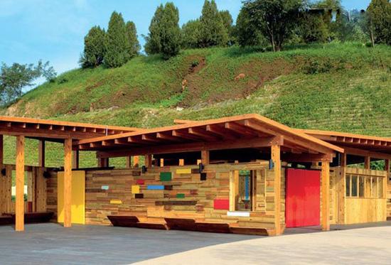 呈现双曲面形态的屋顶