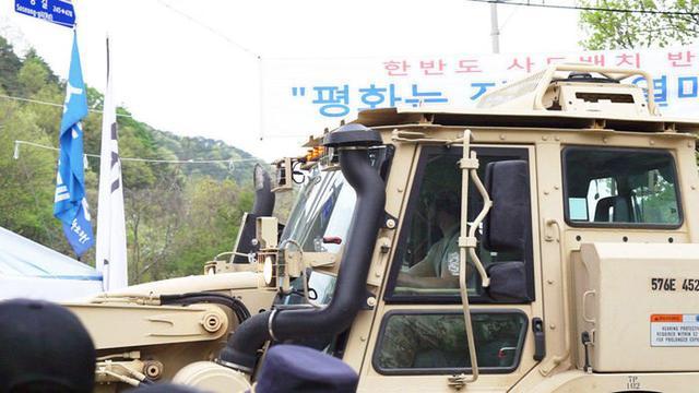 美国军车开进萨德部署地韩国居民誓死阻拦致2伤