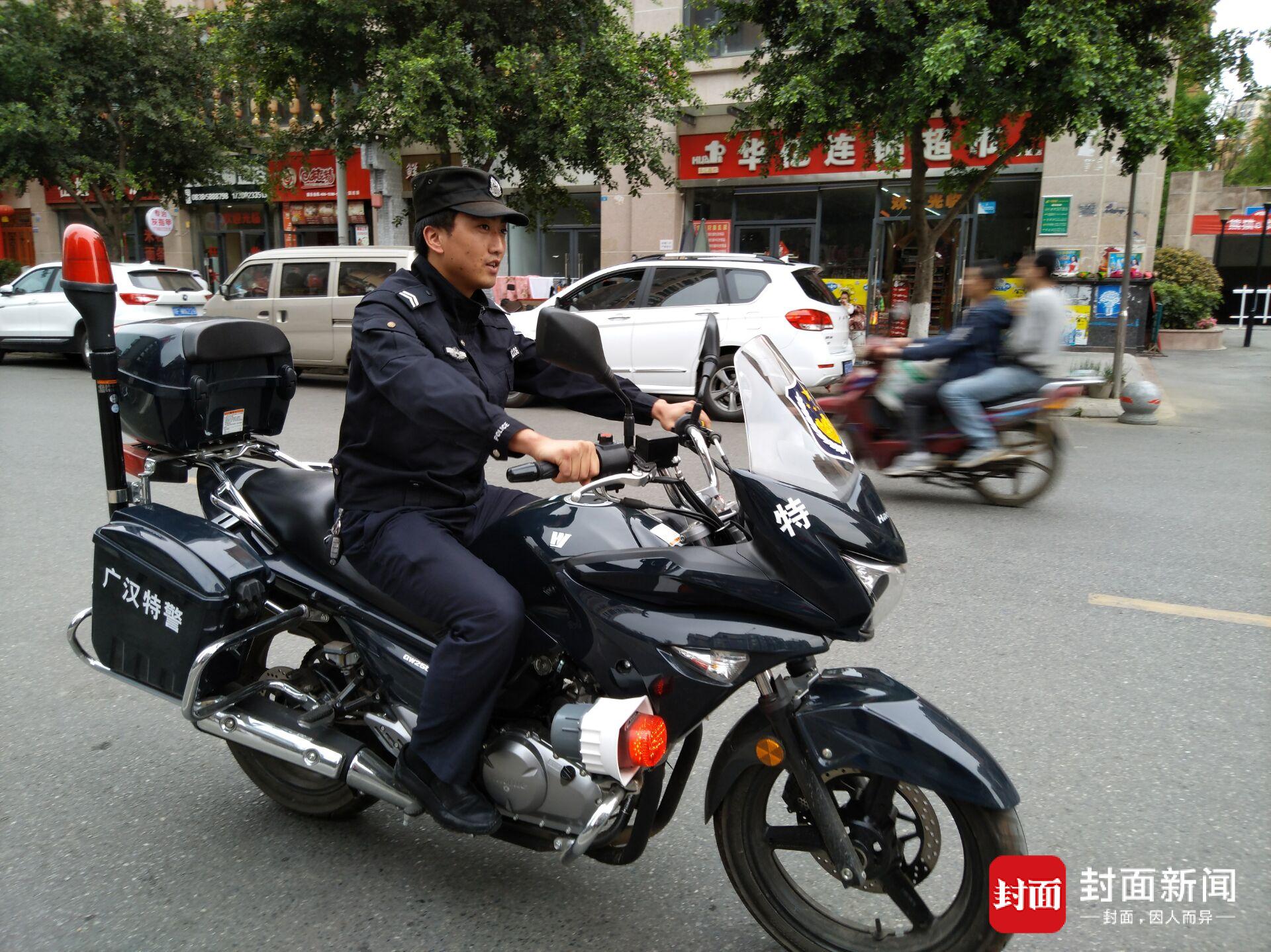 巡警累瘫照走红 不少网友则在微博评论中表达爱慕之心