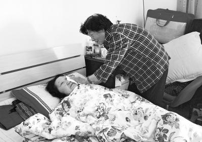 郑州74岁老人悉心照料患病保姆每天帮她擦洗、喂药