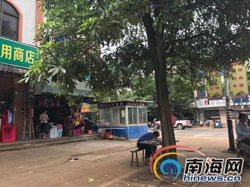 事发的店门前。南国都市报记者王燕珍摄