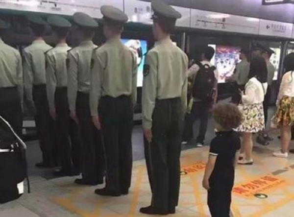 """人民日报:""""武警摆拍排队""""的标题党为何失败了?"""