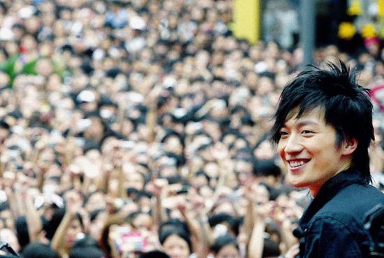 2007年7月15日下午,乔任梁拉票演唱会在上海久光百货广场举行,因歌迷太多活动被迫中断,许多歌迷当场痛哭