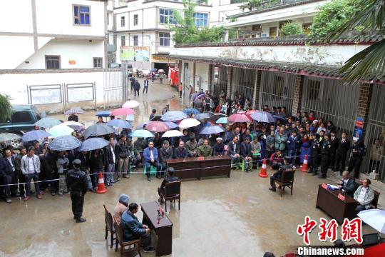 虽然下着大雨,法院的以案释法仍受到村民欢迎。 乐华方摄