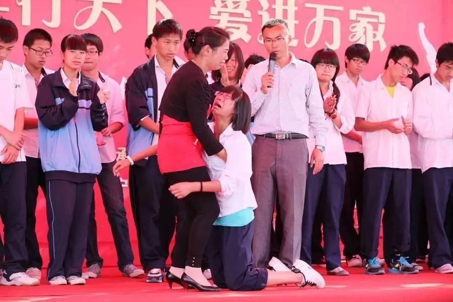 男生:洗脚、磕头、下跪感恩教育女生道德表演还是时女生吻媒体的胸图片
