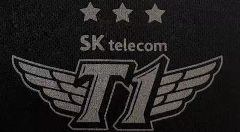 SKT的2017年队服,logo上的三颗星星代表着他们手中的S系列赛冠军奖杯数