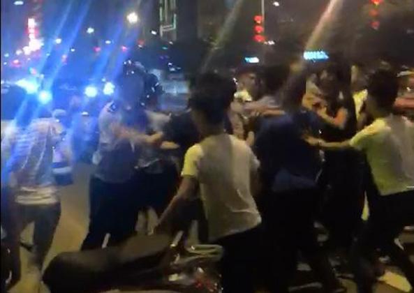 """广东:""""大哥""""被飞虎队带走后 数十马仔当街袭警"""