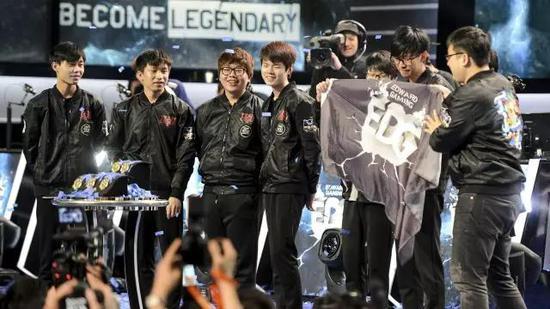 在国际大赛BO5对决中击败SKT的战队,目前为止只有2015年称雄塔拉哈西的EDG。