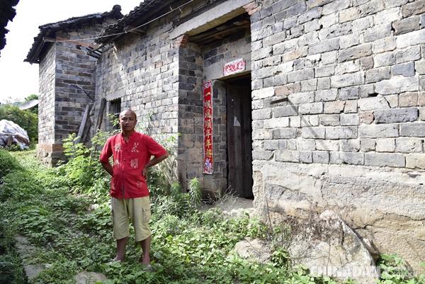 老房子是80平方米的土木结构瓦房,是危房, 2015年10月开始建新房子.