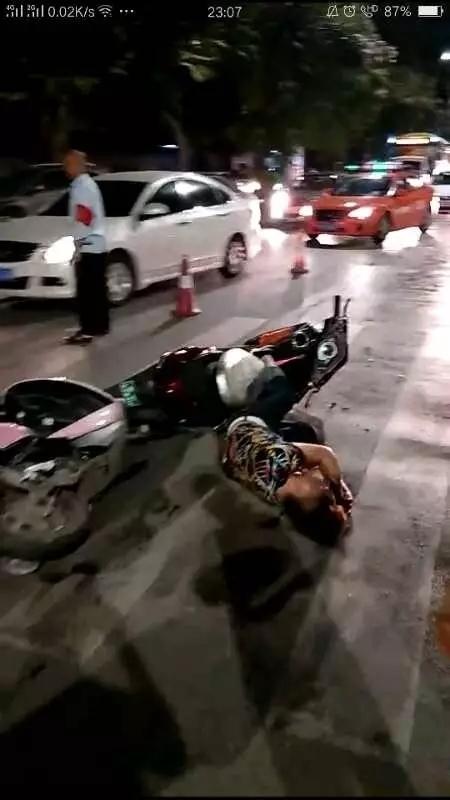 南宁两辆电动车相撞,两小孩被撞飞2米远!