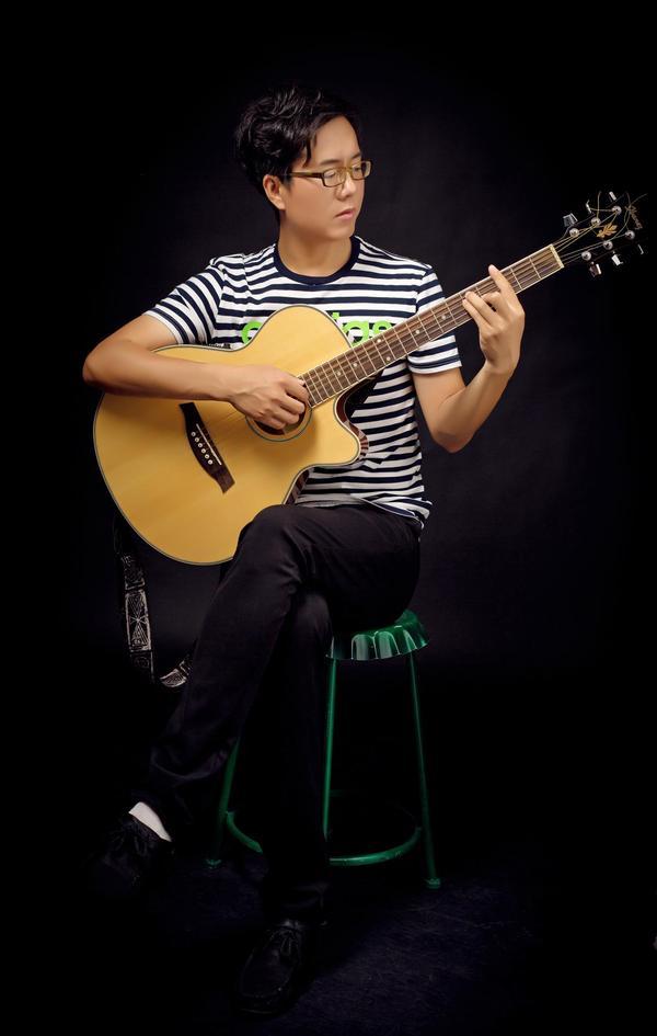 他将五种民族乐器--坦布尔、都塔尔、手鼓、吉他、马头琴作为五叶