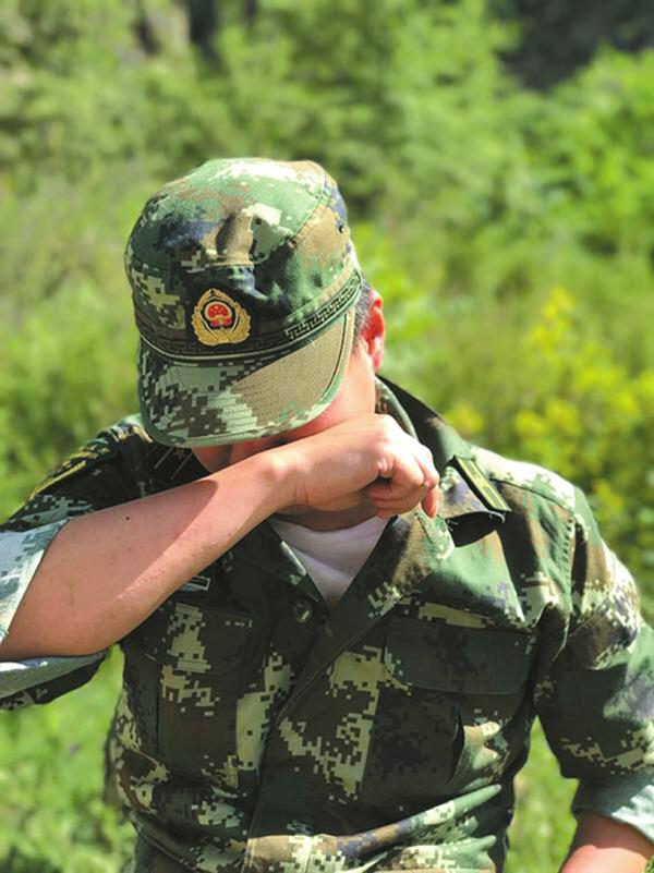 茂县搜救队员落泪:800万立方泥石 恨只有一双手