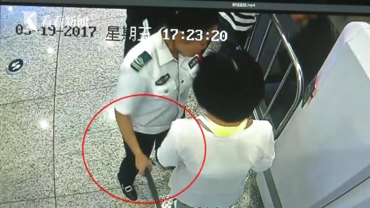 女子大闹高铁站拒绝安检 称被安检仪扫到会死