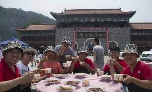 诗景龙潭峡首届万人揽锅宴圆满举行