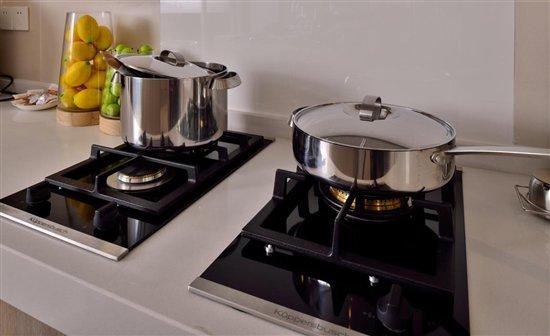 库博仕厨电正被越来越多的中国家庭用户所熟悉,目前库博仕在中国大陆地区拥有30多家展厅销售点,覆盖20 多个城市,已成为中国众多高端住宅开发商的厨卫首选品牌。截至2016年,库博仕在国内已成功安装了超过12000套厨房约90000件厨电产品。这个具有140多年历史的高端家电品牌,在为越来越多中产阶级家庭缔造奢华时尚厨房空间的同时,逐渐成为厨电消费领域高端品质、高端制造、奢华生活方式的代名词。 想探索更多品牌信息,欢迎大家前往中国旗舰展厅(上海)预约参观! 地址:上海市黄浦区湖滨路222号企业天地一号楼17