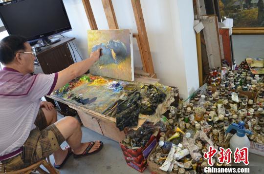 著名画家黄延桐在创作。 宋秀杰摄