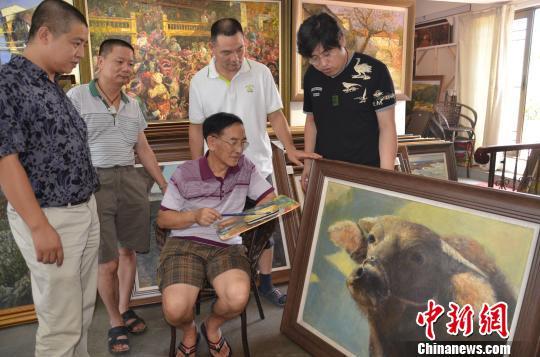 著名画家黄延桐在给惠州市青年画家们上课。 宋秀杰摄