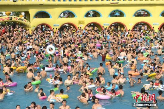7月16日,重庆持续高温天气,当地一水上乐园内游客如下饺子。<a target='_blank' href=