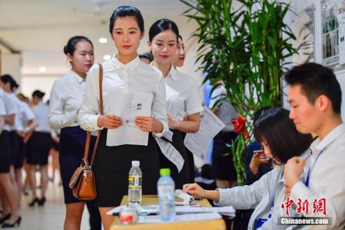 资料图:正在参加校园招聘的大学生。中新社记者骆云飞摄