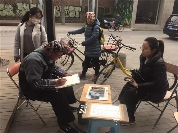 在798 艺术区给人画像的画家耿大爷