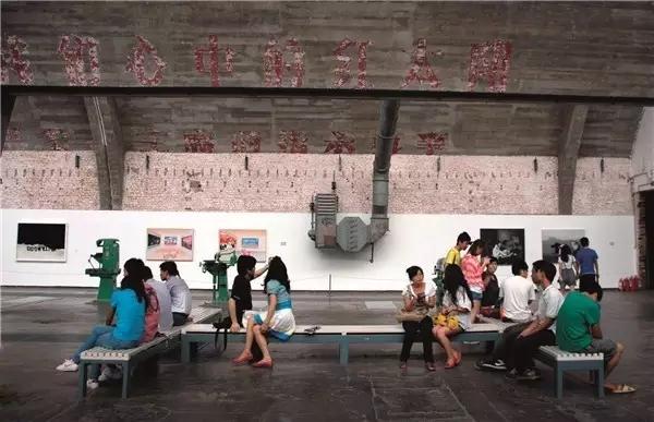 在798 艺术区看展休息的游客